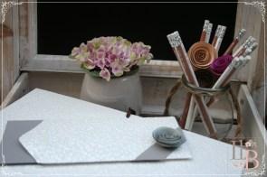 Carpeta de firmas y sobre artesanal de Sofia Paper Store.