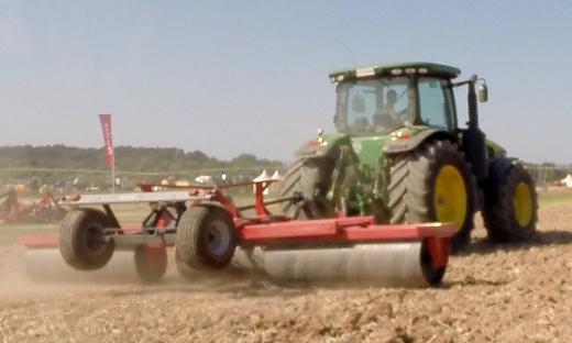 Rodillo agrícola de 8 mts plegado en tres cuerpos trabajando