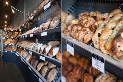 Étalage avec les fougasses aux olives Kalamata et autres miches de pain à la boulangerie Guillaume. Design L. McComber architecture vivante.