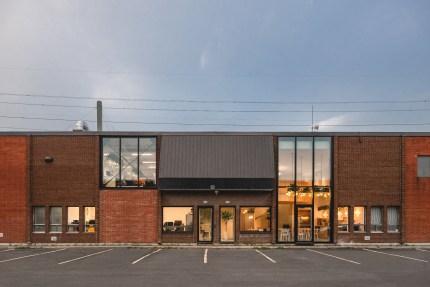 Rise Factory > Les fabriquants de la kombucha Rise agrandissent leur usine de Saint-Léonard. Design par L. McComber – architecture vivante