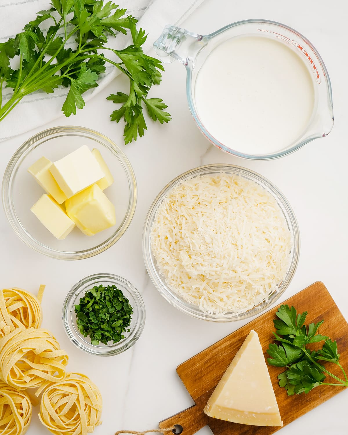 The ingredients needed to make homemade alfredo sauce.