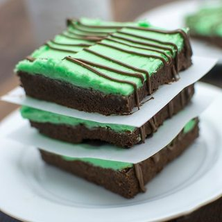 Chocolate Mint Sugar Cookie Bars - These delicious sugar bars have the perfect combo of chocolate and mint flavors with a chocolate sugar cookie base and a creamy mint frosting for an easy and perfect dessert!