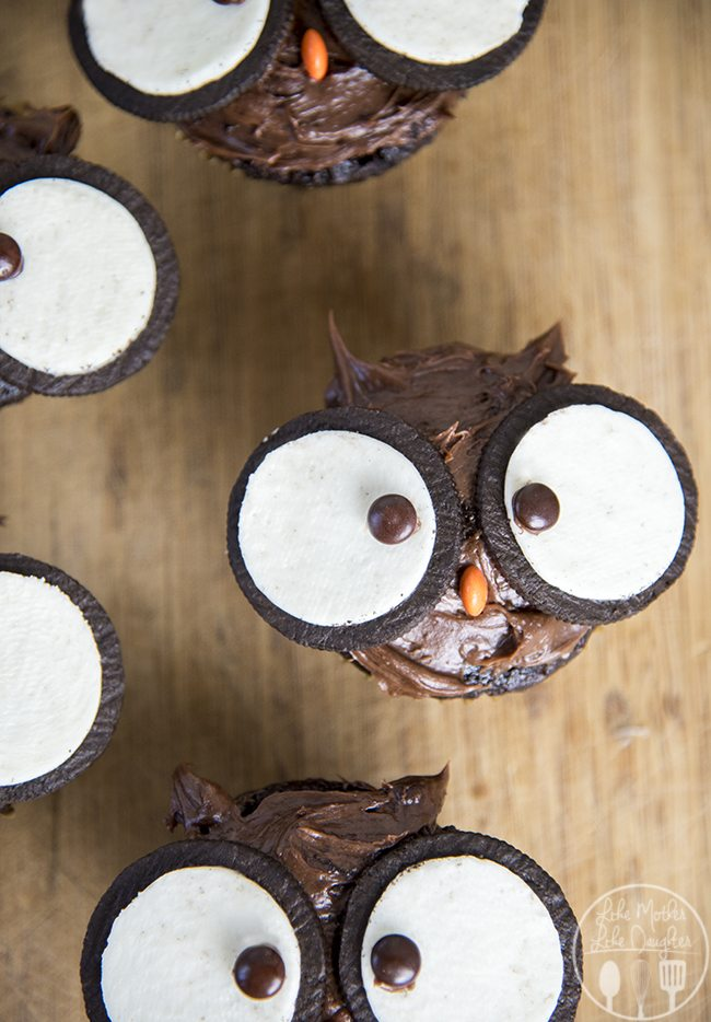 Owl cupcakes are adorable cupcakes topped with chocolate frosting, oreo cookies and m&ms that are perfectly fun and delicious to eat!!