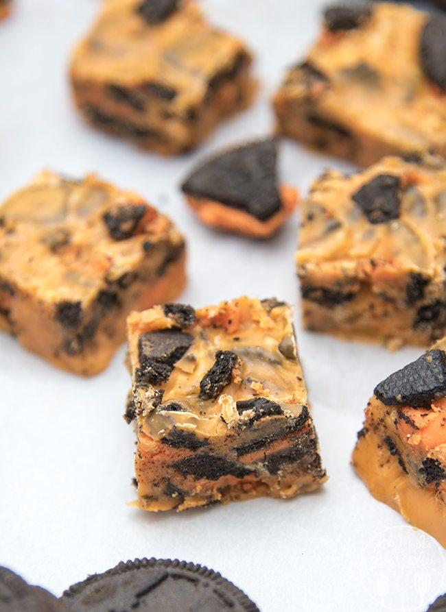 Halloween Cookies and Cream Fudge - This 4 ingredient cookies and cream fudge is perfectly creamy and stuffed full of chunks of oreo cookies. Dyed orange to make it fun and festive for Halloween!