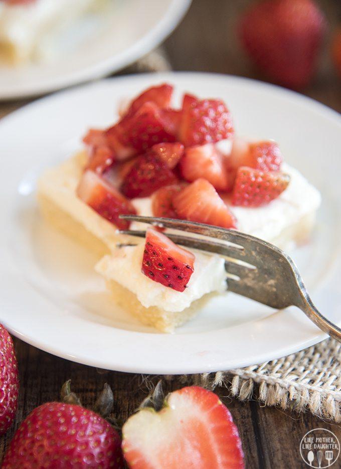 strawberry shortcake sugar cookie bars 1