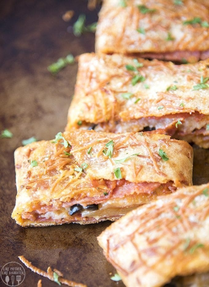30 Minute Stromboli - This easy stromboli is stuffed full of marinara sauce, salami, pepperoni, olives and cheese for an easy and delicious dinner that is ready in less than 30 minutes!