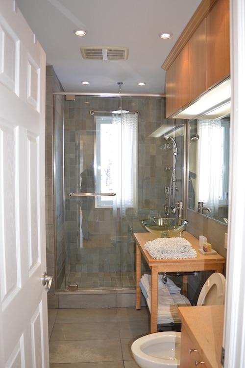 Salle de bains avec douche et WC - Appartement meublé de 5 chambres à Montréal | LM Montréal.
