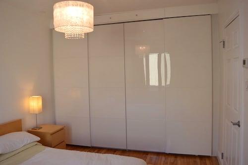 Chambre principale avec lit queen - Appartement meublé de 5 chambres à Montréal | LM Montréal - Location meublée à Montréal.