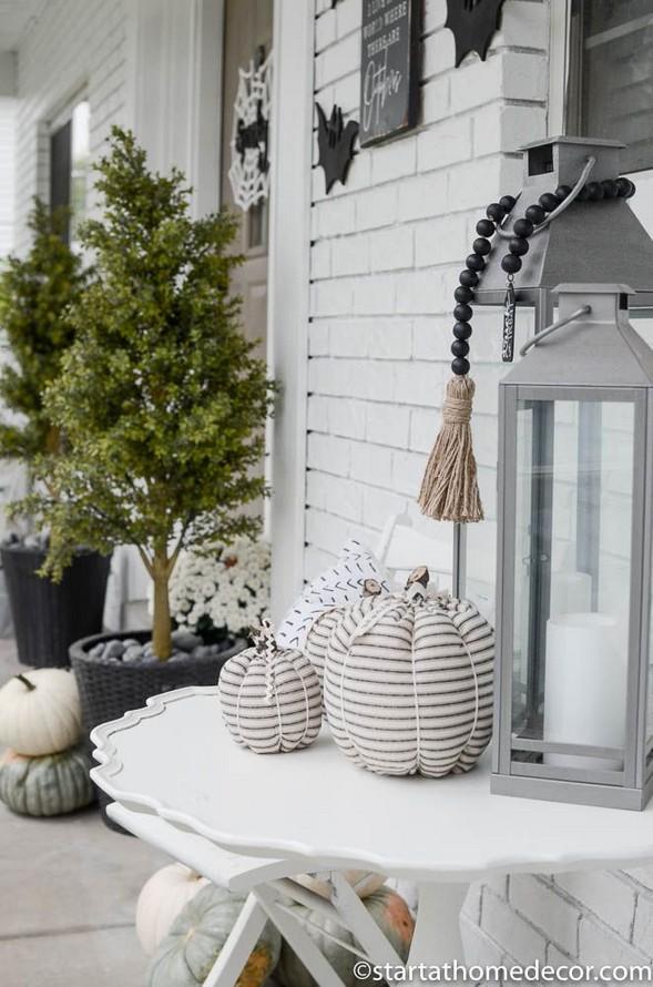19 Amazing Halloween Porch Ideas 20
