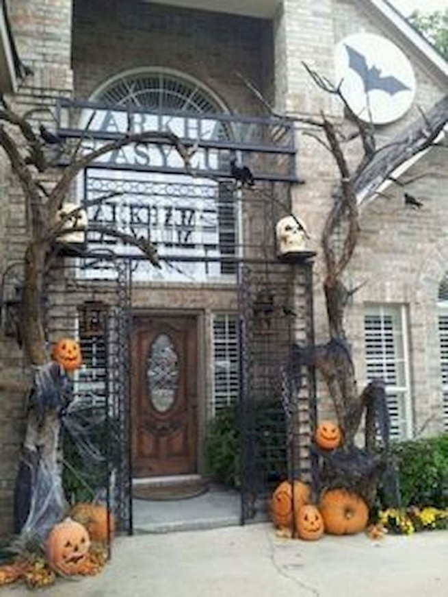 19 Amazing Halloween Porch Ideas 28