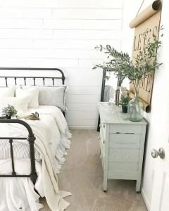16 Comfy Farmhouse Bedroom Decor Ideas 34