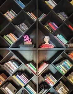 18 Bookshelf Organization Ideas 13
