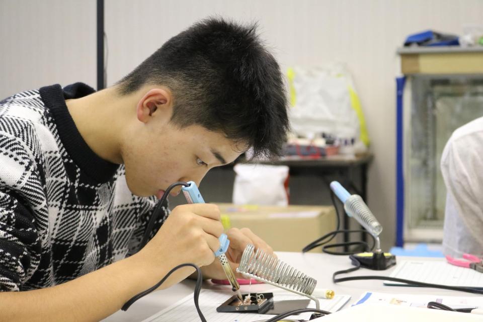 はんだ付けで銅板にダイオードやコンデンサーなどをつけ、回路を組み立てていきます。