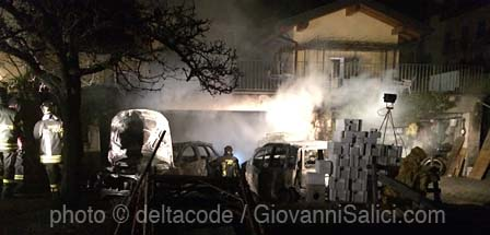 il box con le auto incendiate