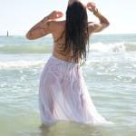 Daniela Cipollone performer danzatrice DJ Disc Jockey danza e suona immersa nella natura tra mare e colline abruzzesi