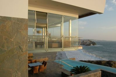 hanging-glass-box-modern-beach-house-architecture