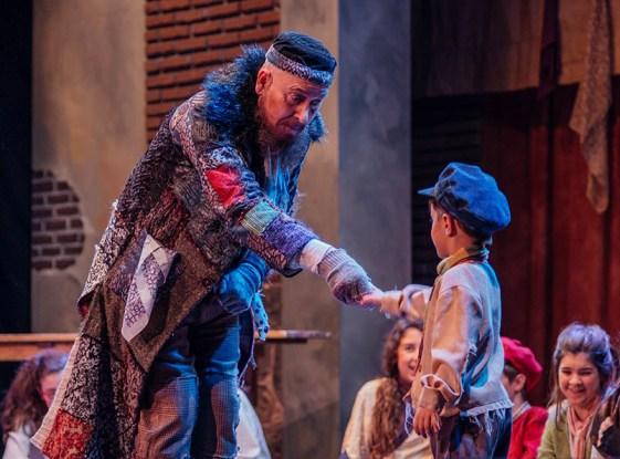 Escena del Musical Oliver Twist montaje Taules Teatre