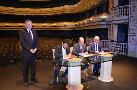Momento de la firma por parte del conseller de Cultura, Vicent Marzá, el alcalde de Alicante, Gabriel Echávarri, y Jaime Matas, subdirector general del Banco Sabadell. A su lado el presidente de la Generalitat valenciana, Ximo Puig.
