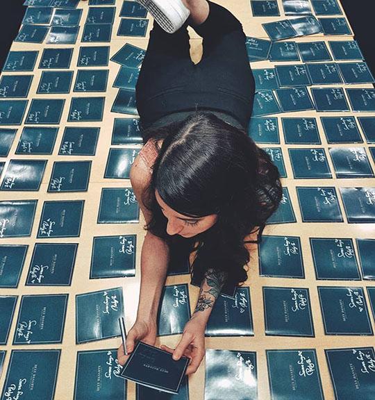 Bely Basarte firmando discos para sus fans