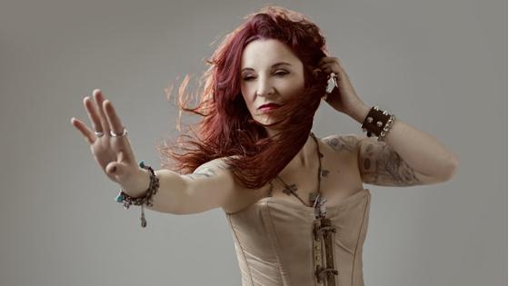 La cantante de Rock alicantina María Moes lanza su primer disco «Libre» con una campaña de Crowdfunding
