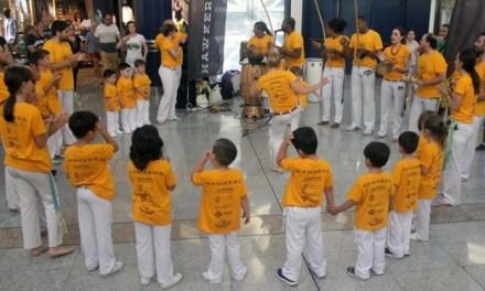 Una exhibición de capoeira y una batucada llenan l'Aljub de Elche con ritmos brasileños