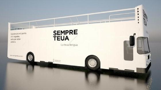 El Bus de la Llengua aparca en el centro de El Campello