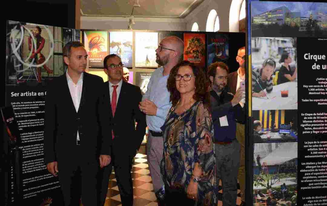 César Sánchez, María D. Padilla y el director de gira de Totem, Franck Hanselman, en la inauguració de la exposició
