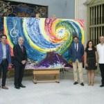 El Ayuntamiento de Alicante recibe el cuadro del artista Luis Sanus que pintó en directo durante el concierto del Día de Europa
