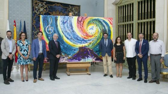 L'Ajuntament d'Alacant rep el quadre de l'artista Luis Sanus que va pintar en directe durant el concert del Dia d'Europa