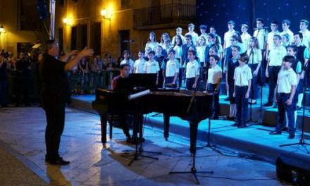 """Prop d'1.500 persones abarroten la Plaça del Congrés Eucarístic d'Elx per a veure """"Les veus del cor"""""""