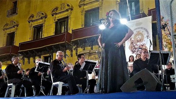 El alcalde de Alicante entrega al director de la Banda Sinfónica Municipal la batuta original para interpretar el himno de la ciudad en la tradicional Alborada