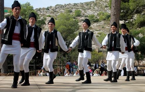 Finaliza un festival de folklore en Villena que la lluvia no ha podido enfriar