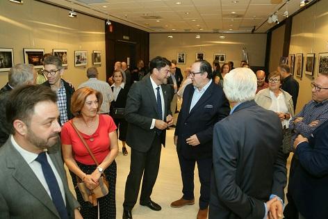 L'alcalde d'Alacant, Luis Barcala, valora la riquesa patrimonial i turística de la Setmana Santa en la inauguració del XIX Concurs Fotogràfic de la Junta Major
