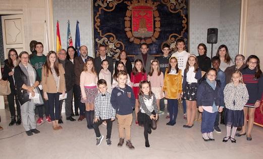 El Ayuntamiento de Alicante entrega a una veintena de jóvenes los premios del concurso de Fiestas de dibujos y fotografías