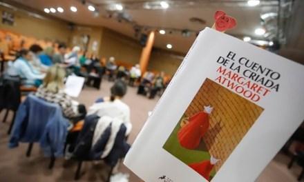 Huellas Borradas de Dona entrega llibres a la biblioteca municipal per a crear una àrea sobre igualtat