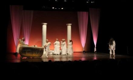 El Aula de Teatro de la Universidad Permanente de la UA representa su obra «Los Figurantes» en el Teatro Principal de Alcoy