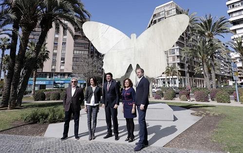 L'escultura 'La Mariposa' de Manolo Valdés ja llueix en la seua nova i definitiva ubicació que és la Plaça de Galícia