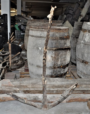 Maite Sivera dóna un ancora de procedència submarina al Museu de Xàbia