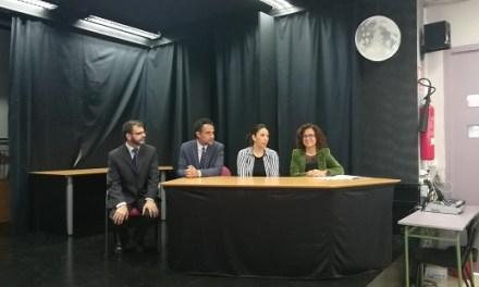 Los ediles de Alicante Mª Dolores Padilla e Israel Cortés acuden a la presentación de la exposición «Gitanizando el IES»