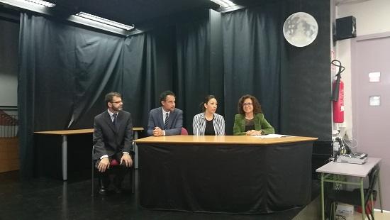 Els edils d'Alacant Mª Dolores Padilla i Israel Cortés acudeixen a la presentació de l'exposició «Gitanizando l'IES