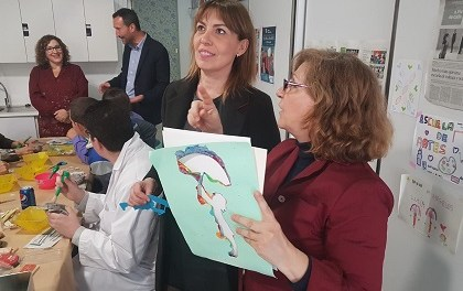 L'alcalde d'Elx, Carlos González, i l'edil de Benestar Social, Teresa Maciá, visiten el centre d'oci cultural per a discapacitats Artes