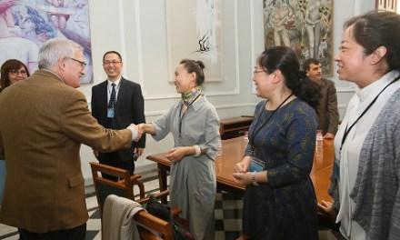 Una delegación China en el MARQ para preparar la próxima exposición internacional