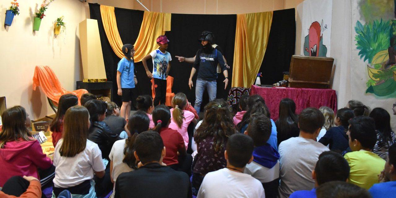 "Cerca de 3.100 escolares de Petrer pasarán por el taller de lectura ""Els nostres monstres"""