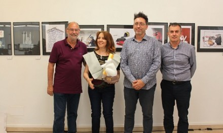 La il·lustradora i caricaturista colombiana Elena Ospina rep el premi Notario de l'Humor de la UA