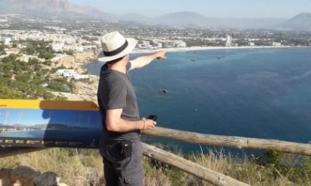 El director Fernando González Molina busca localitzacions per a la sèrie 'Paraiso' a l'Alfàs del Pi