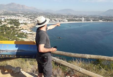 El director Fernando González Molina busca localizaciones para la serie 'Paraíso' en l'Alfàs del Pi