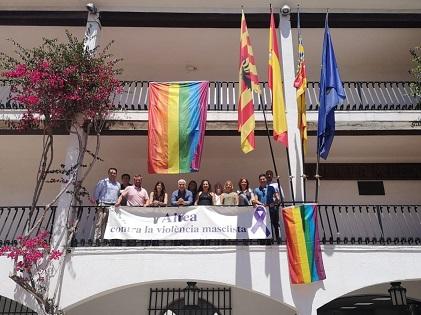 Altea celebra el Dia Internacional de l'Orgull LGTBIQ desplegant dos banderes amb l'arc iris en la façana de l'Ajuntament