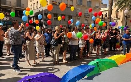 El Ayuntamiento de Elche celebra el Día LGTBI con despliegue de banderolas arco iris y lectura de un manifiesto reivindicativo