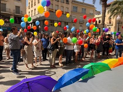 L'Ajuntament d'Elx celebra el Dia LGTBI amb desplegament de banderoles arc iris i lectura d'un manifest reivindicatiu