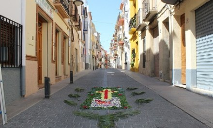 Els carrers del centre històric de Finestrat s'ompliran aquest cap de setmana de tapissos florals amb motiu del Corpus